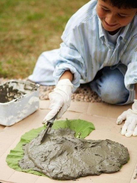 Красивую и оригинальную дорожку в своем саду можно сделать своими руками, усилий понадобиться минимум...