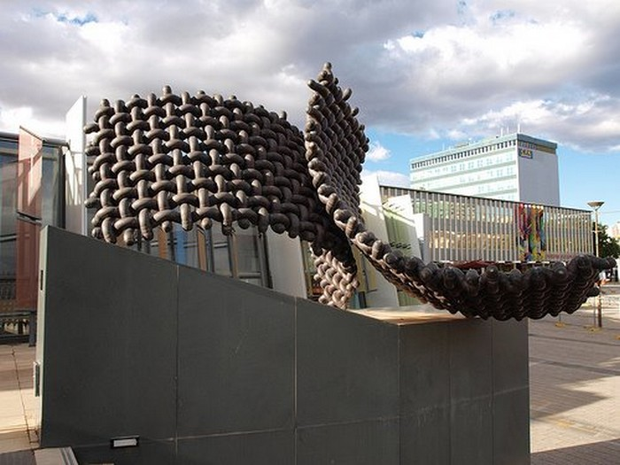 Необычные скульптуры из труб 25 (700x525, 89Kb)