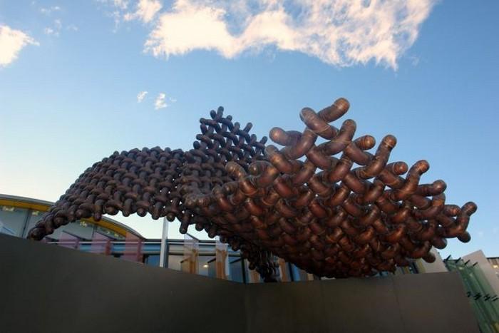 Необычные скульптуры из труб 27 (700x467, 64Kb)