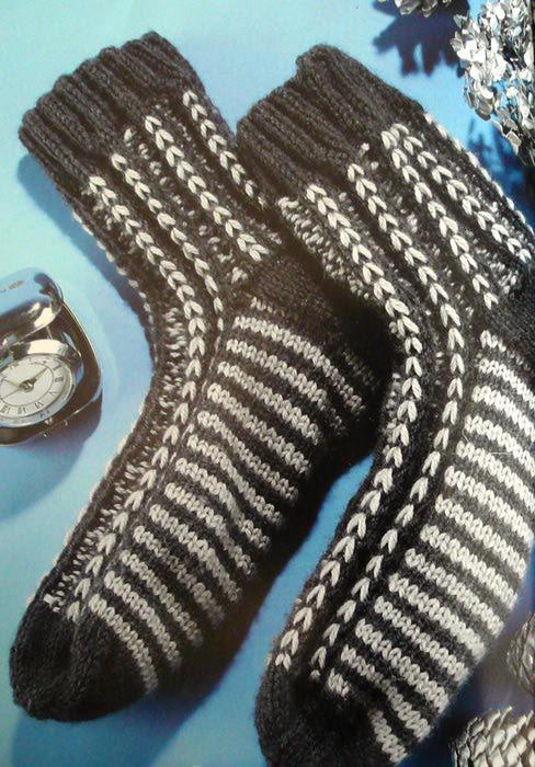 Вязаные спицами носки для мужчин не обязательно должны быть темного цвета и связаны лицевой гладью.