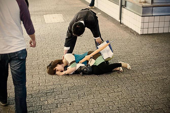 спящие на улицах японцы фото 1 (670x447, 115Kb)