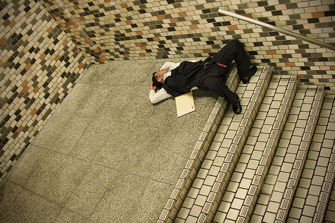 спящие на улицах японцы фото 5 (670x447, 145Kb)
