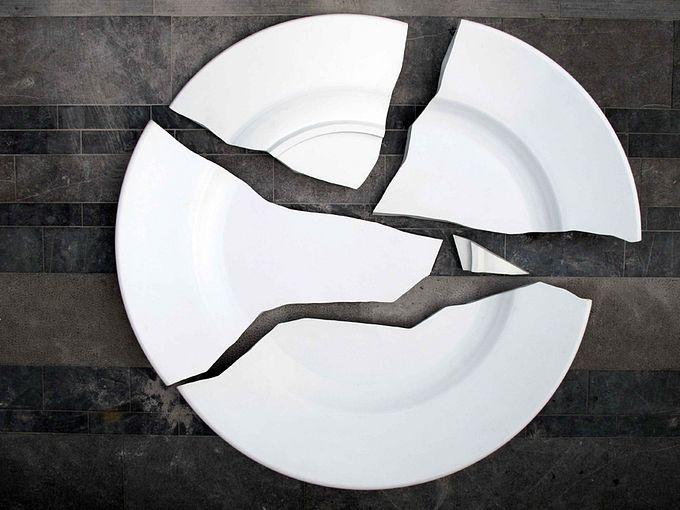 необычный памятник разбитой тарелке в бельгии 2 (680x510, 55Kb)