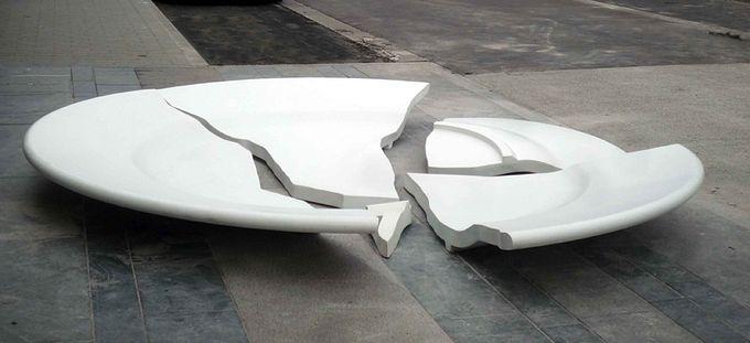 необычный памятник разбитой тарелке в бельгии 4 (680x311, 32Kb)