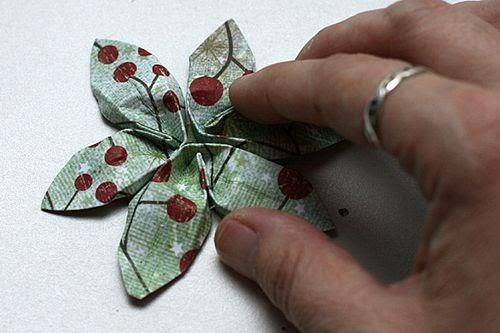 Сделаны большие и маленькие цветки пуансеттии в достаточном (для создания рождественского венка) количестве.