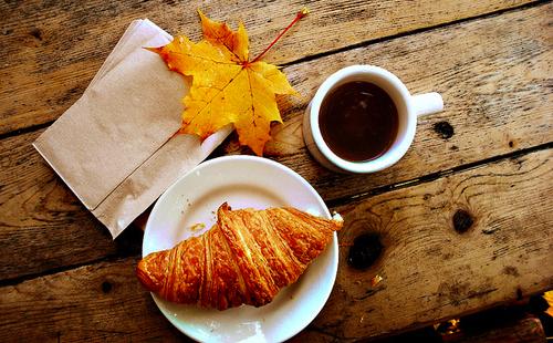 4278666_78513025_autumnbreakfastcoffeecroissantfallleafFavimcom53399 (500x310, 217Kb)