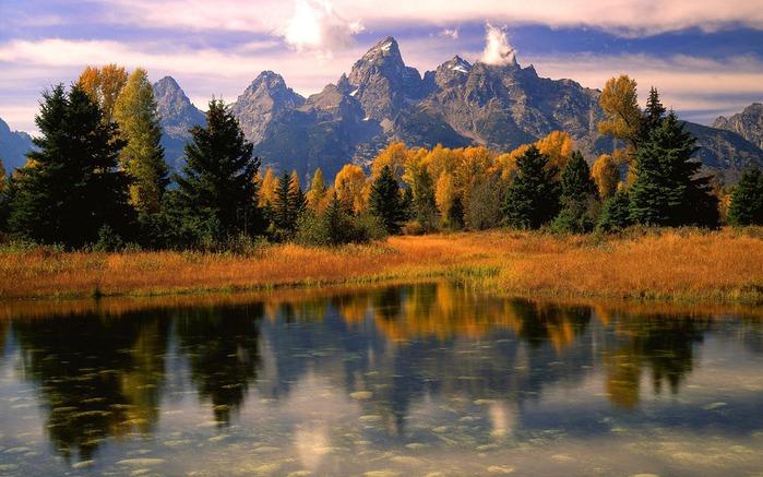 осенняя пора, озеро, желтая трава, горы, лес, осень, отражение, краски осени,трава, листва, природа, пейзаж,скалы...