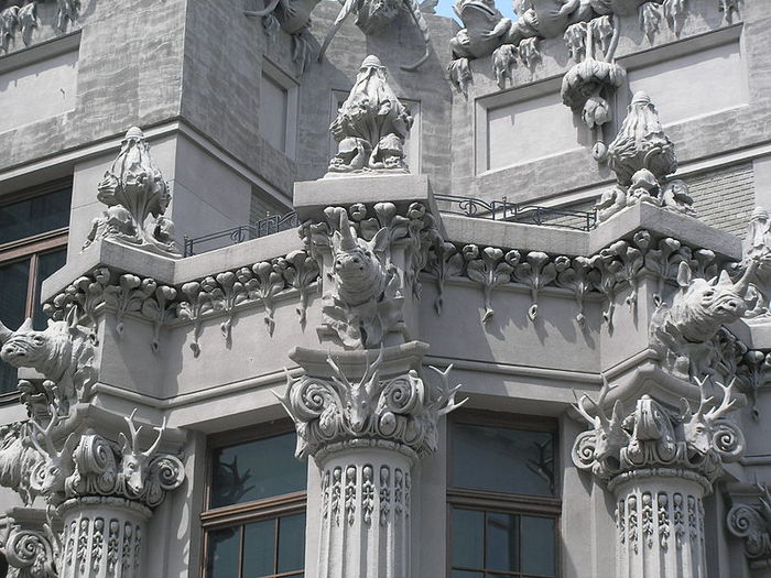 800px-Architectural_details_on_House_with_Chimaeras_2007-2 (700x525, 99Kb)