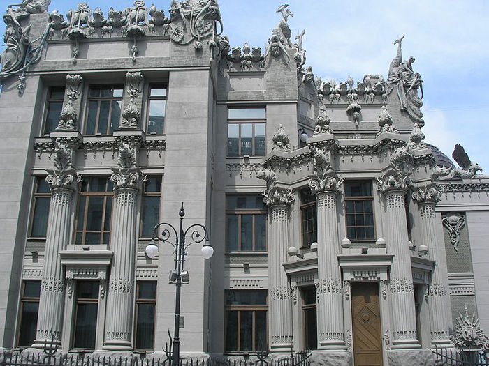 800px-House_with_Chimaeras_front_façade (700x525, 99Kb)