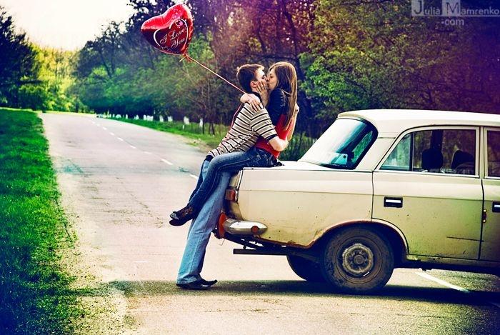 Фото целуются в машине