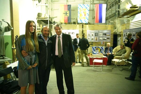 Скульптор Александр Рябичев с дочерью Даниэлой и коллегой из Баварии Кристианом Хольтцем. (600x400, 135Kb)