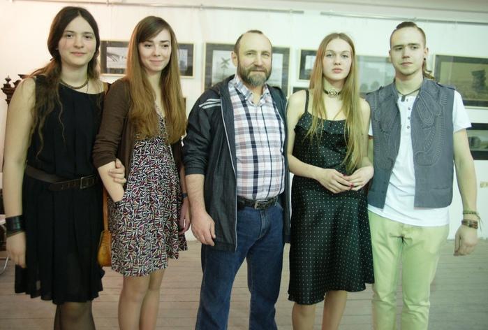 Скульптор Александр Рябичев с дочерью Даниэлой, Станиславом Воронковым и гостями выставки (700x472, 144Kb)