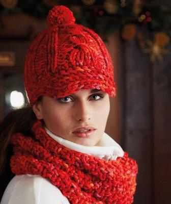 Красная шапка-кепка и снуд-хомут.  Для этого комплекта вам потребуется 400г очень толстой пряжи 200 г/120 м...