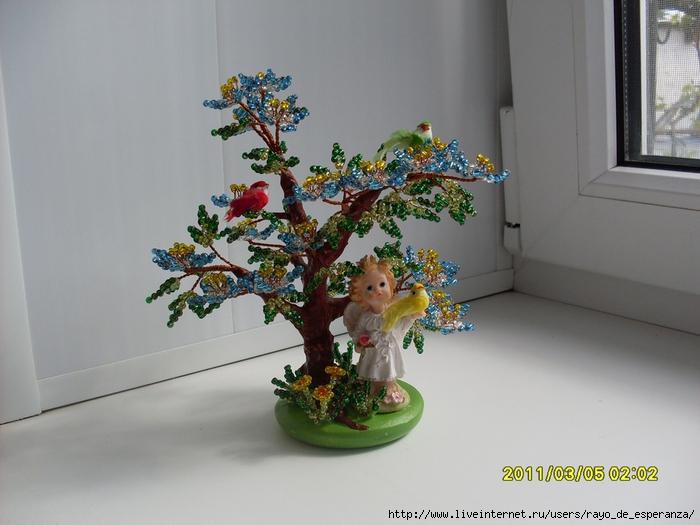 Дерево из бисера с голубыми