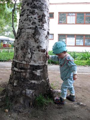 ребенок и дерево, маленькая девочка и дерево/1348438865_YUlya_podpiraet_derevo (300x400, 180Kb)