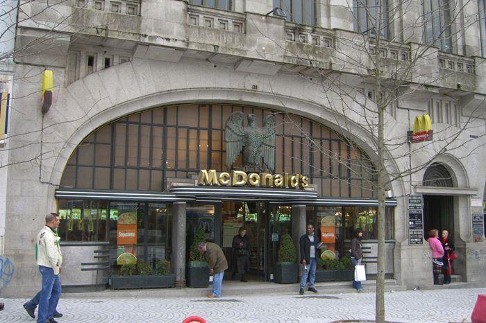 Самые необычные места для McDonalds 15 (700x466, 76Kb)