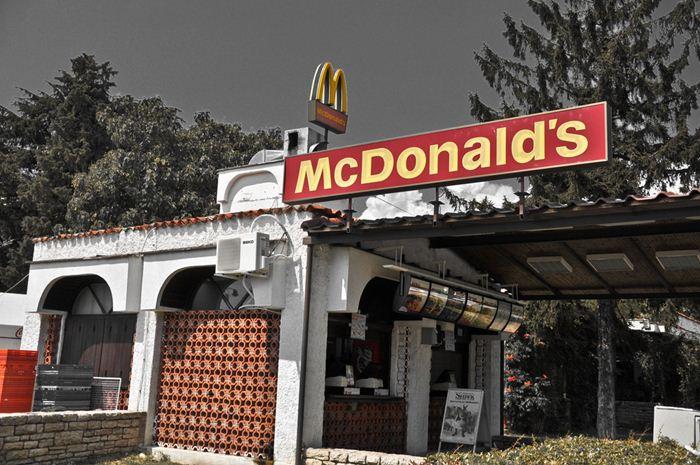 Самые необычные места для McDonalds 21 (700x465, 80Kb)
