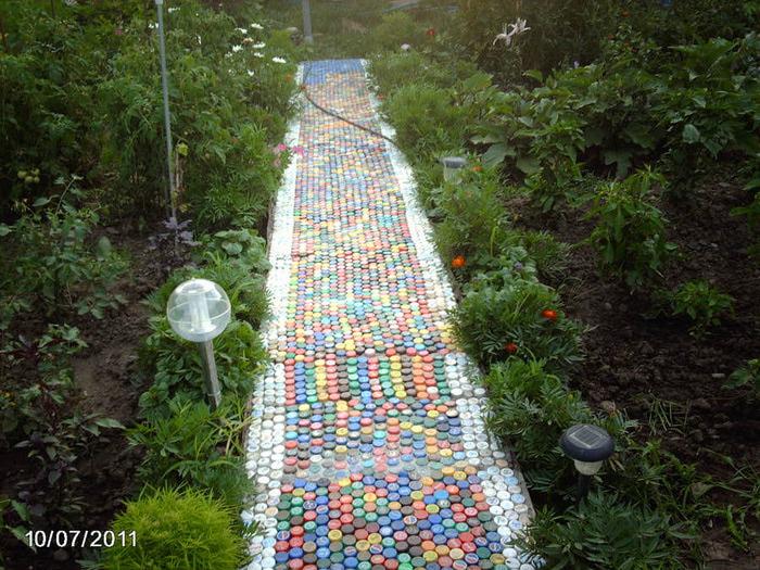 Дорожки на даче из пластиковых бутылок своими руками