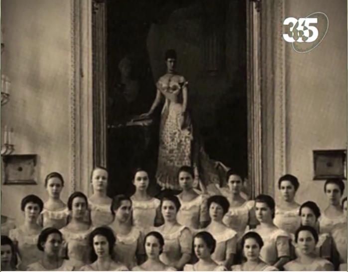 Смолянки на фоне портрета Марии Федоровны (из цикла
