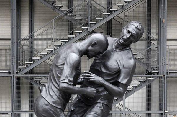Памятник Зидану и Матерацци в Париже