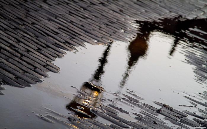 Мостовая, лужа, фонарь, отражение, дождь, 2560x1600 (700x437, 250Kb)