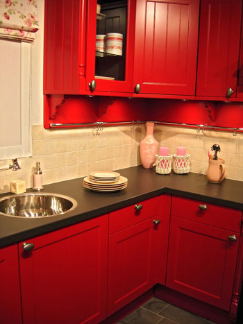 Compact_kitchen_red_painted_corner_solution (350x467, 40Kb)