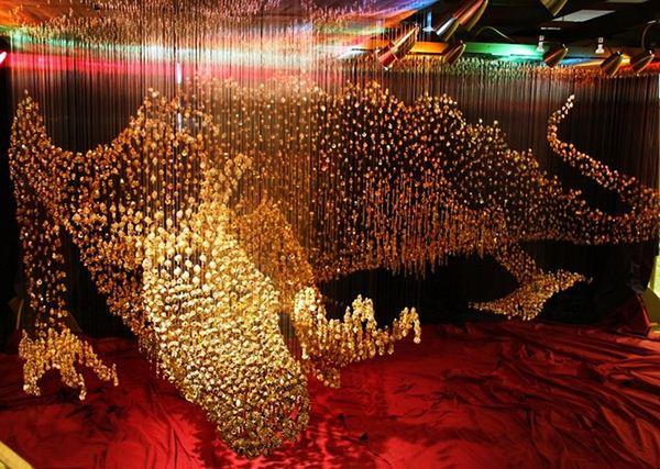 Скульптура золотого дракона из пуговиц Робин Проц. Фотографии The Dragon