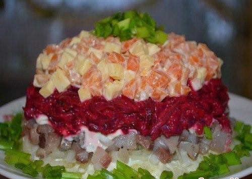 Ингредиенты: 1шт. соленой сельди 1 луковица 3 шт. отварного картофеля 1 шт. отварной моркови 50 гр. твердого сыра 1 шт. отварной свеклы 4 зубчика чеснока майонез зелень для украшения