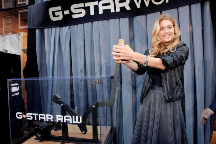 Doutzen Kroes at G-Star WMN store 03 (700x466, 150Kb)