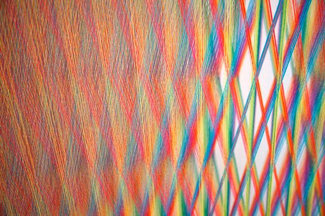 Gabriel Dawe инстоляция из ниток радуга 9 (670x446, 121Kb)