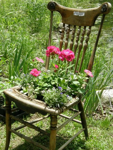 4497432_plantingflowersinchairs21 (450x600, 142Kb)