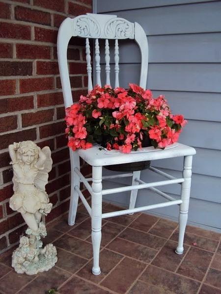 4497432_plantingflowersinchairs213 (450x600, 86Kb)