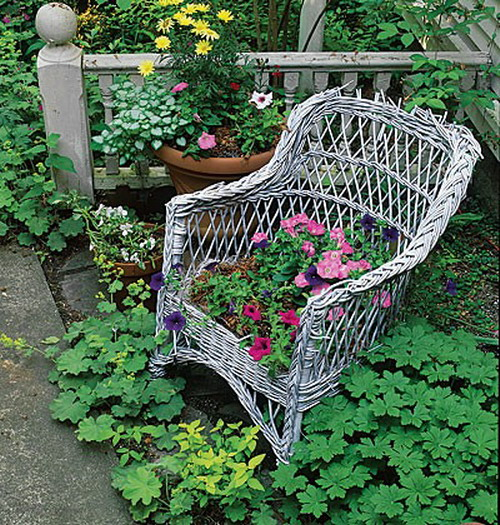 4497432_plantingflowersinchairs215 (500x525, 158Kb)