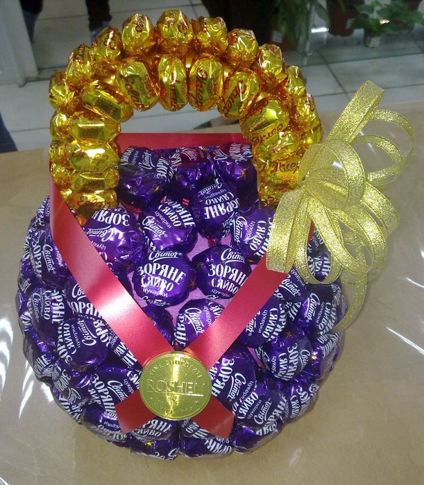 Как сделать гантели из конфет своими руками