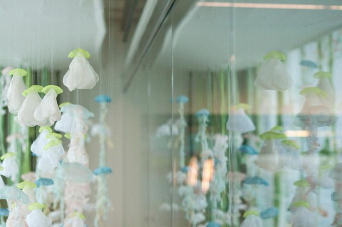 оригинальная инстоляция аквариум с медузами Sayuri Sasaki Hemann 3 (680x452, 76Kb)