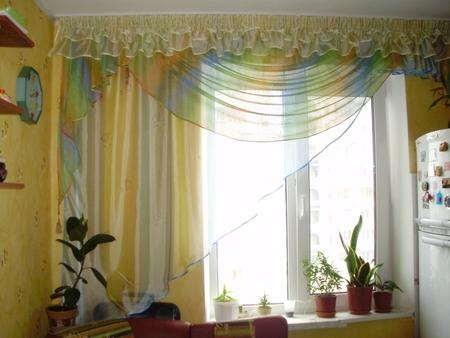 """шторы для кухни....архитектурное  """"черти что """" и попытка исправить его с помощью штор."""