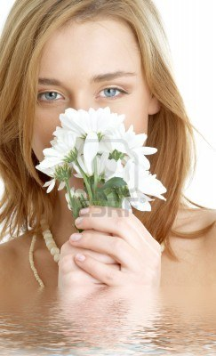 1353726-girl-with-white-chrysanthemum-flowers-in-water (243x400, 24Kb)