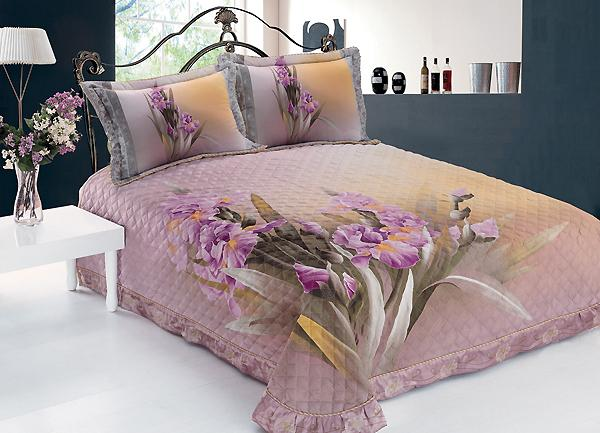 Красивое покрывало на кровать с подушками