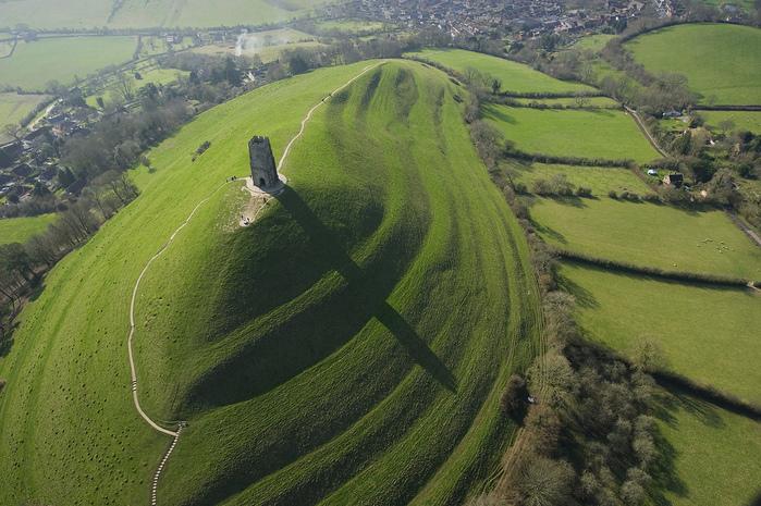 Гластонберийский холм в Англии1 (700x465, 228Kb)