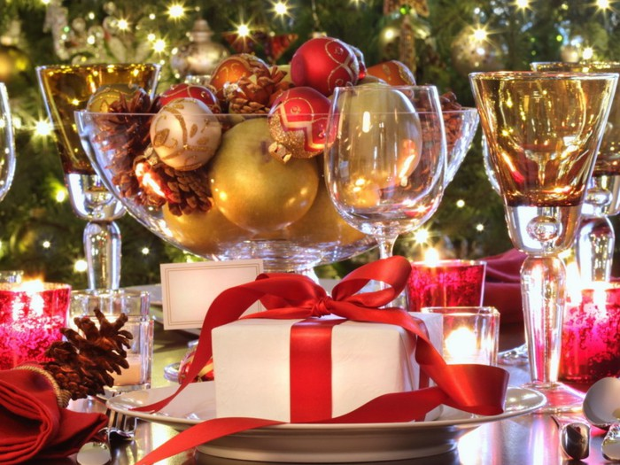 Holidays_New_Year_wallpapers_New_Year_s_table_with_toys_032575_-1024x768 (600x425, 120Kb)