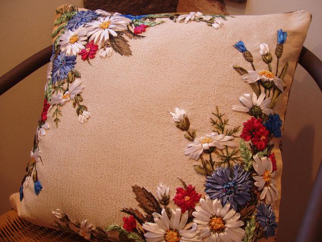 Вышивка лентами наволочек для подушек