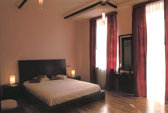 Фен-шуй также категорически запрещает такое положение кровати, ведь ночью через дверь в спальню может проникать...