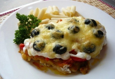 Необыкновенно нежная отбивная из куриной грудки под овощами с сыром и оливками (400x275, 43Kb)