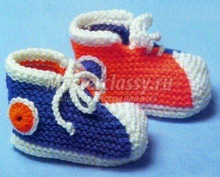 На вязание пинеток кеды потребуется. вязальный крючок 3. спицы носочные 3 или 3,5. по одному мотку ярко-синей, белой...