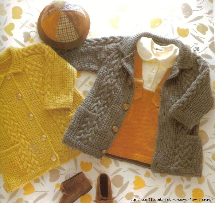 Вязаное детское пальтишко с