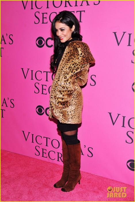 vanessa-hudgens-victorias-secret-fashion-show-2012-08 (469x700, 91Kb)