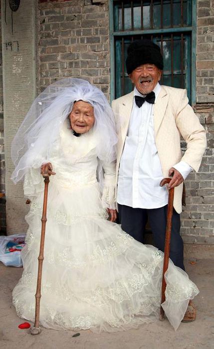 Первая свадебная фотография самой старой пары Китая