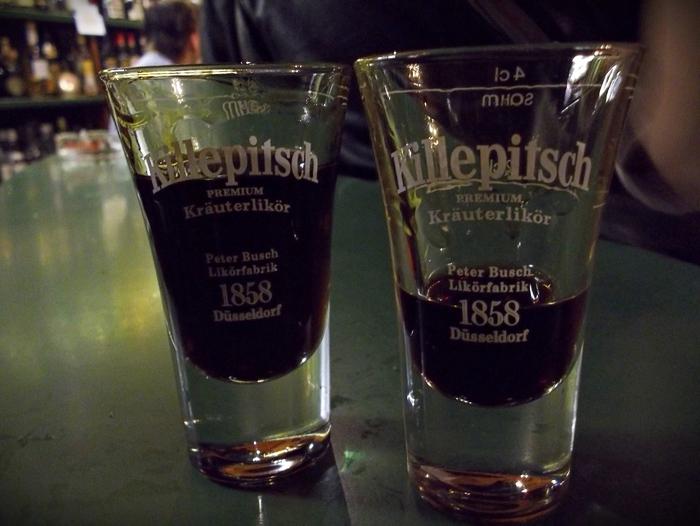 """Дюссельдорф,Старый город. """"Et Kabüffke - Killepitschstube"""" - в """"рюмочной"""" лавке"""