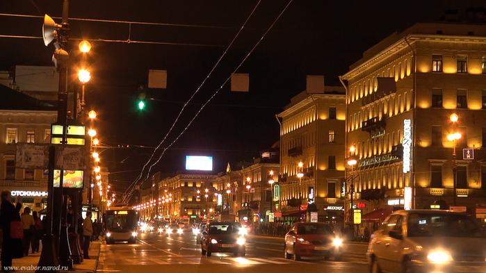 Невский проспект ночью у «Казанского собора»...