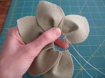 Цветы из фетра на шапку своими руками